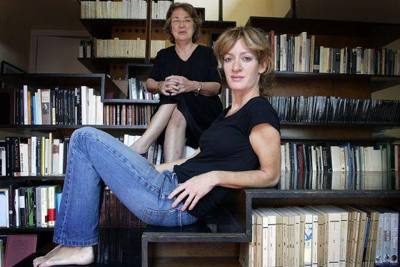 Las editoras Esther Tusquets, al fondo, y su hija Milena Busquets, en su casa de Barcelona en 2005