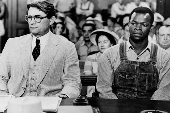 Fotograma de 'Matar un ruiseñor', con Gregory Peck y Brock Peters.