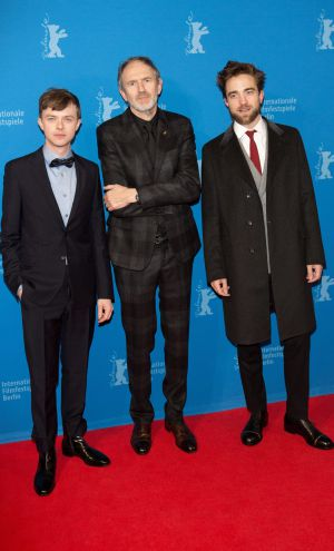 Robert Pattinson (d), el director holandés Anton Corbijn (c) y el actor estadounidense Dane DeHaan en la Berlinale.