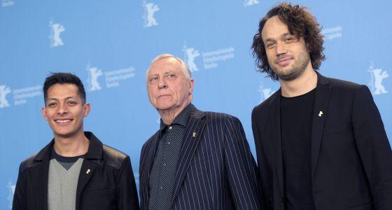 El actor Luis Alberti, Peter Greenaway y Elmer Back durante el estreno de su película 'Eisenstein en Guanajuato'.