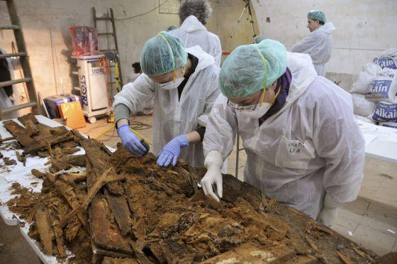 Un grupo de técnicos trabaja en el ataúd que tenía las iniciales M. C., encontrado en el Convento de las Trinitarias (Madrid), el 24 de enero pasado.