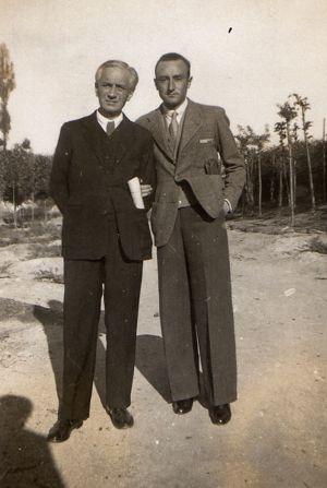 Alejandro Urrutia (izquierda), padre de Umbral, junto a su otro hijo, Leopoldo de Luis.