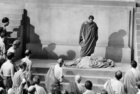 Marco Antonio (Marlon Brando) contempla el cadáver de Julio César en la película de 1953 basada en la obra de Shakespeare.