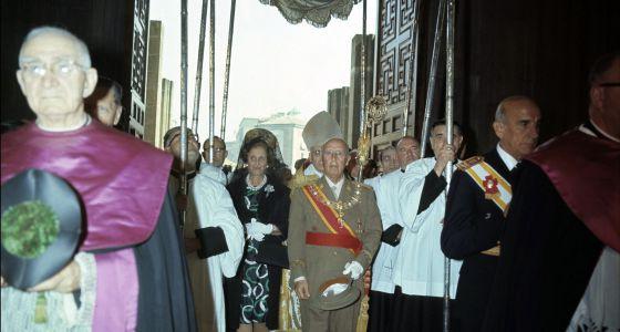 Franco, bajo palio, inaugura la Catedral de Vitoria en 1969.