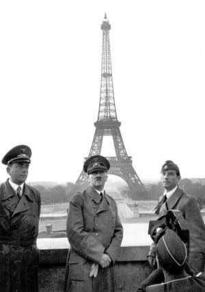 Hitler junto al arquitecto Albert Speer (i) y el escultor Arno Breker, ante la Torre Eiffel, una imagen de Heinrich Hoffmann, fotógrafo personal de Hitler.