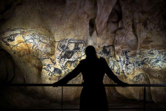 Una visitante observa la réplica de la cueva de Chauvet, en Francia.