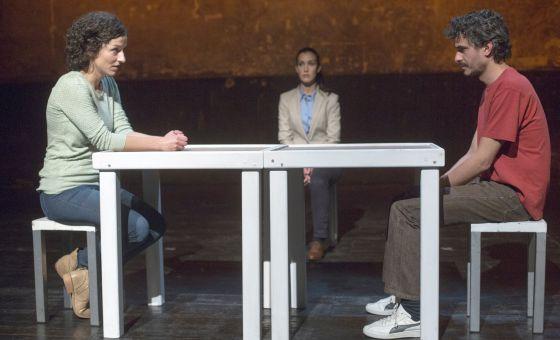De izquierda a derecha, María San Miguel, Ruth Cabezas y Pablo Rodríguez en un ensayo de la obra de teatro 'La mirada del otro' en la sala Cuarta Pared.