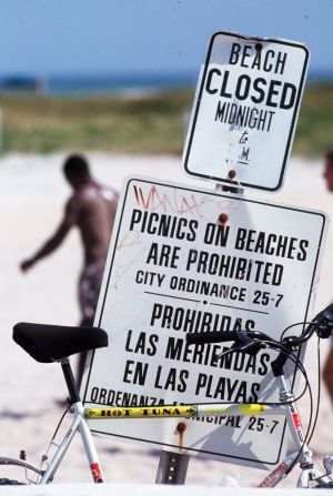 Cartel bilingüe en una playa de Miami.