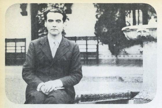 Federico García Lorca, en la plaza de los Olmos en los años treinta.