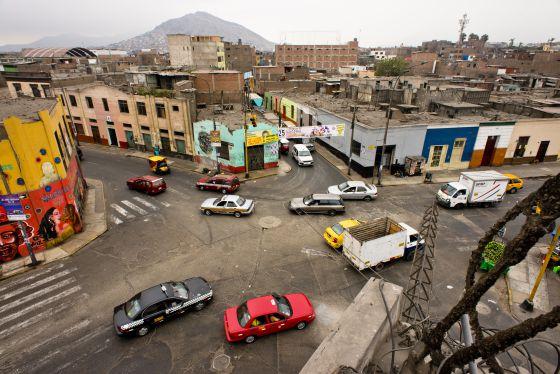 Panorámica del punto que da nombre al barrio limeño, Cinco esquinas, en el cual se inspira Vargas Llosa para su nueva novela.