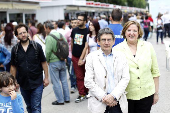 Teodoro Sacristán (izquierda), director de la Feria del Libro de Madrid, y Pilar Gallego, presidenta de CEGAL.