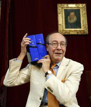 El académico Francisco Rico, con el estuche de dos volúmenes de El Quijote coordinado por él durante 21 años.