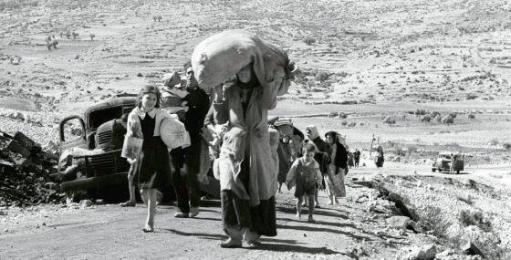 Ciudadanos árabes cargan sus pertenencias en Palestina hace 50 años.