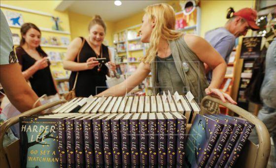 Compradores recogen ejemplares a la venta de 'Ve y pon un centinela' en una librería estadounidense.