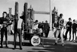 El grupo británico The Who, con John Entwhistle, Roger Daltry, Keith Moon y Pete Towhshend, durante un concierto frente a la Torre de Londres, en  1965.