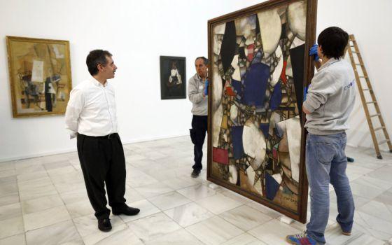 Montaje de la 'Colección del Kuntsmuseum de Basel', supervisado por el director del Museo Reina Sofía, Manuel Borja-Villel.