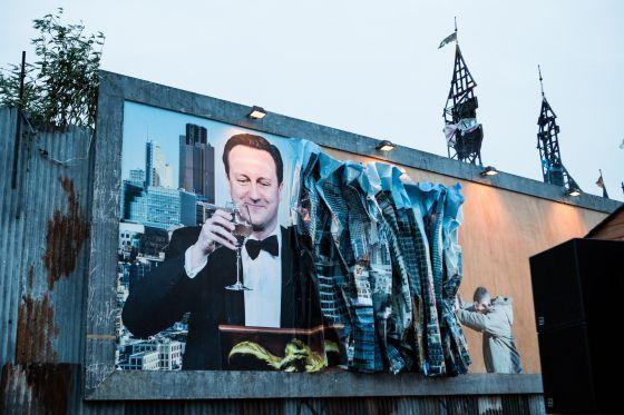 Obras de Dismaland que critica a David Cameron, creación del mismo Banksy.