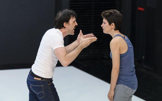 Israel Elejalde y Bárbara Lennie, en una escena de 'La clausura del amor'.