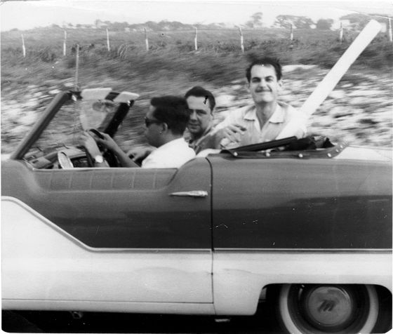 Cabrera Infante (al volante) en Cuba, en 1959.Detrás, el cineasta Tomás Gutiérrez Alea.