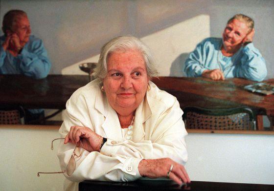 Carmen Balcells, agente literaria, en su casa de Barcelona, ante un retrato suyo que le hizo el artista Gonzalo Goytisolo