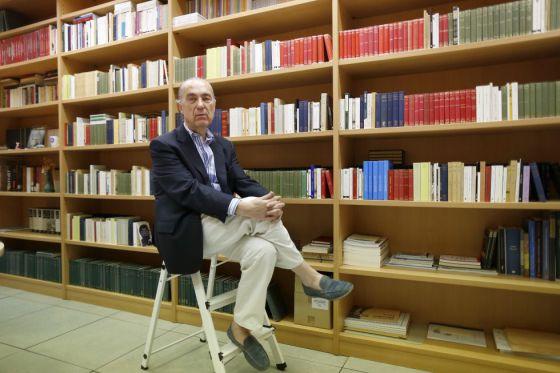 Luis Alberto de Cuenca, en julio de 2014, en su despacho del CSIC.