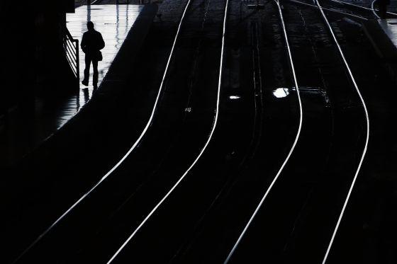 Un pasajero espera en la estación de Atocha, durante la huelga de trenes de 2013.