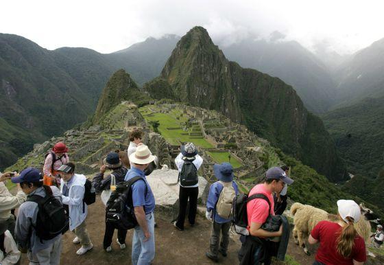 Turistas visitan el Machu Picchu.