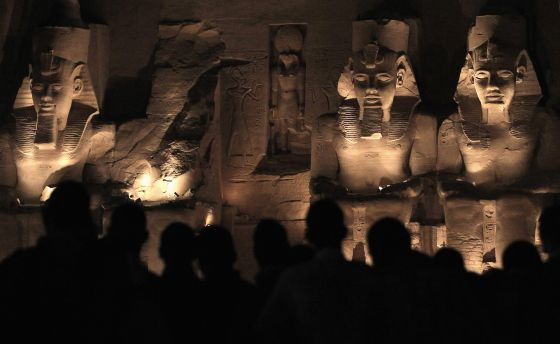 Turistas dentro del templo de Abu Simbel.