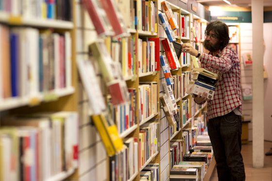 Un hombre revisa volúmenes en una de las tiendas de La Casa del Libro en Madrid, el pasado 24 de octubre.