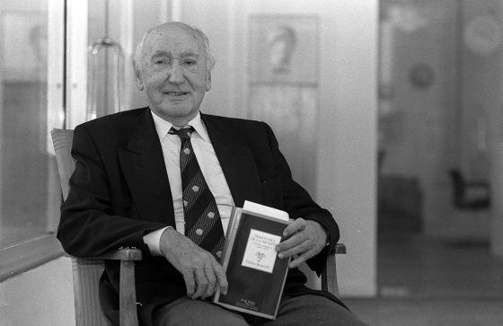 El poeta Carlos Bousoño en una entrevista en la Residencia de Estudiantes de Madrid en 1998.