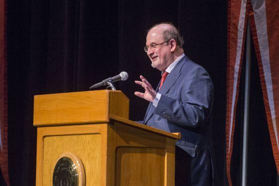 Salman Rushdie, durante su conferencia sobre García Márquez.