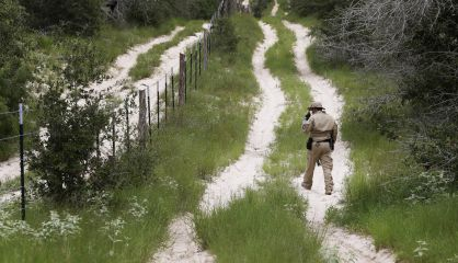 Un agente en Texas vigila la frontera entre EE UU y México.