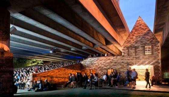 Centro cultural bajo una carretera en Hackney (Londres). Abajo, miembros del colectivo posan tras recibir el Turner.