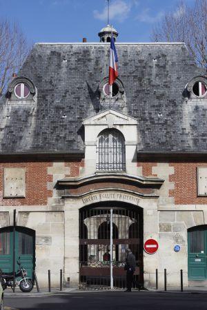 Entrada del Hospital Saint-Louis, en París.