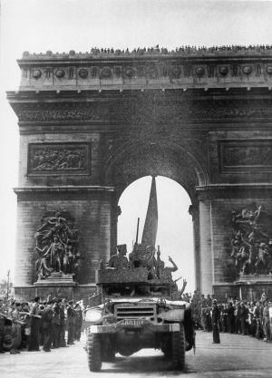 El vehículo 'Amiral Buiza', comandado por el sargento Manuel Morillas (a la izquierda) en los Campos Elíseos de París el 26 de agosto de 1944.