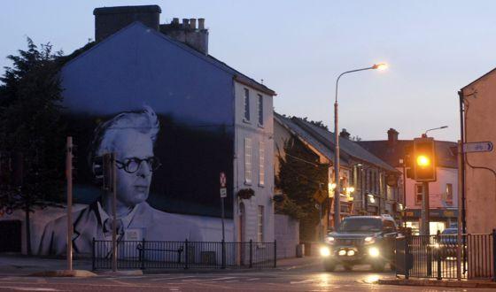 Una calle de Sligo (Irlanda), condado donde vivió William Butler Yeats, cuya imagen se ve en la pared de una casa.
