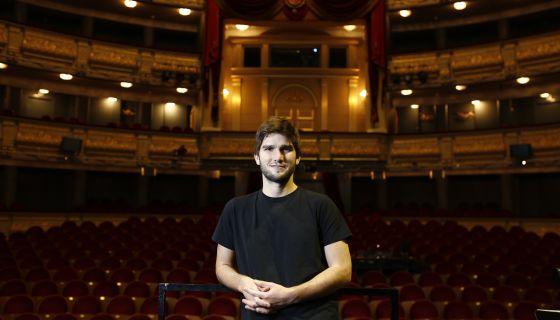 Lucas Vidal, compositor de música de cine, posando en el patio de butacas del Teatro Real de