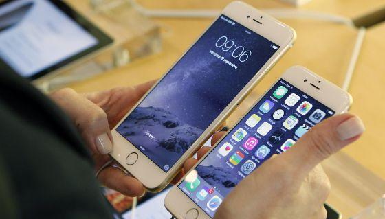 Dos modelos de Iphone 6 en una tienda.