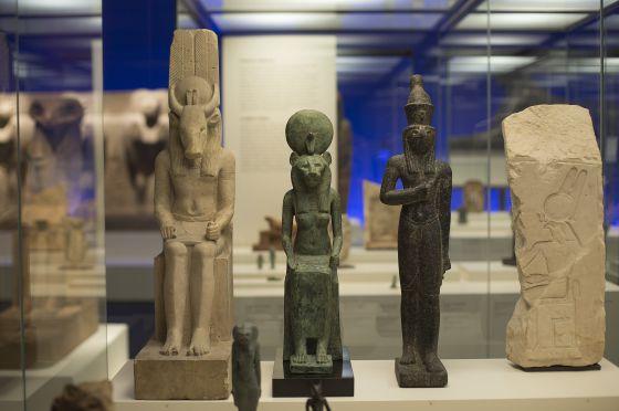 Figuras de la exposición 'Animales y faraones. El reino animal en el Antiguo Egipto', en CaixaForum Madrid, en marzo.
