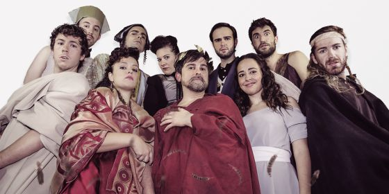 La compañía Els McGregor, que representa 'Ròmul, el Gran', en el Teatre Tantarantana de Barcelona.