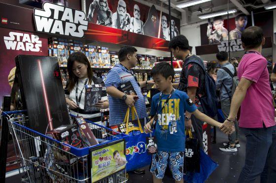 Compradores de productos de 'Star Wars' en una juguetería en Hong Kong.