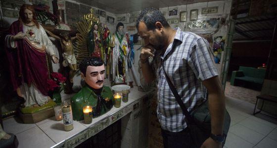 Un hombre visita la capilla de Jesús Malverde en Sinaloa.