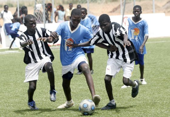 Escolares senegaleses durante un partido de fútbol.