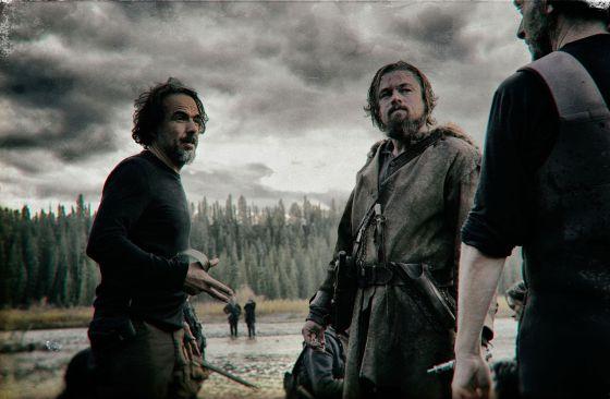 Alejandro González Iñárritu y Leonardo DiCaprio charlan con el director de fotografía Emmanuel Lubezki en 'El renacido'.