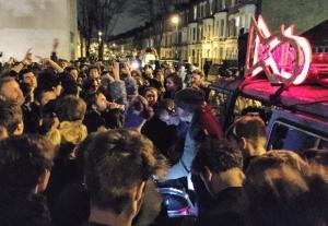 Los djs pinchan Bowie en una furgoneta convertida en soundsystem.