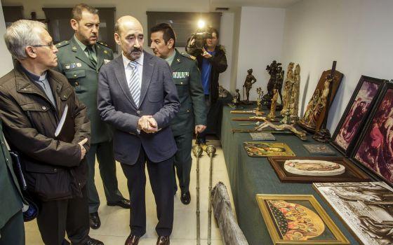 A la izquierda, Juan Álvarez Quevedo, el presidente del Cabildo Catedralicio, y el delegado del gobierno en Burgos, José María Arribas, a la derecha, con  las piezas recuperadas.