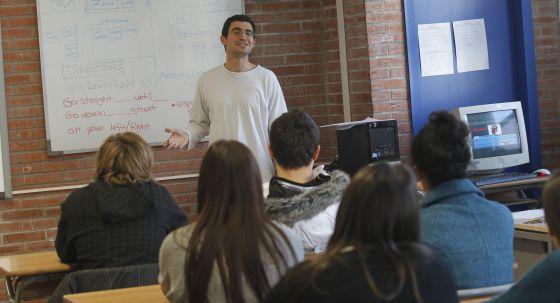 Un profesor de inglés habla a sus alumnos.