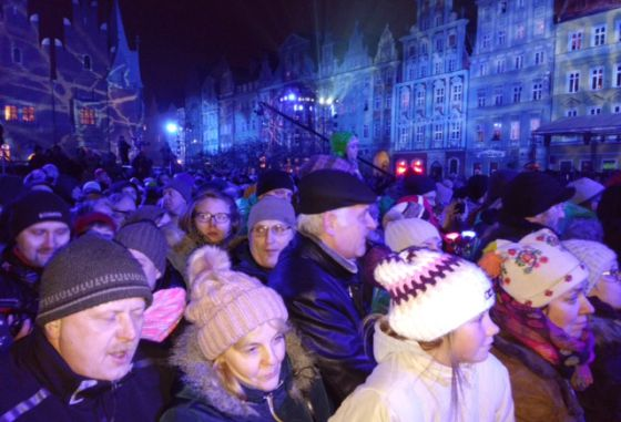El público asistente al espectáculo de luz y música en la Plaza Mayor de Wroclaw.