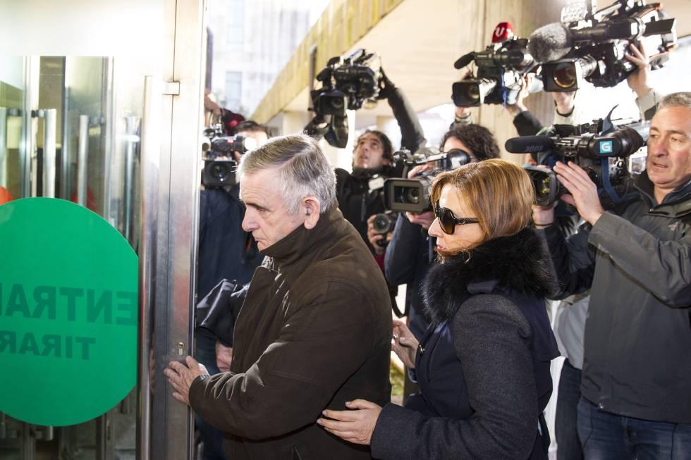 El ladrón y su abogada a su llegada a los juzgados en febrero de 2015.