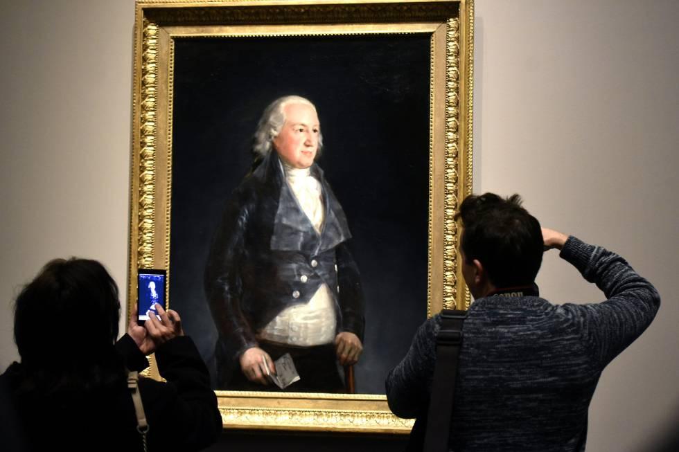 Dos visitantes contemplan en El Prado el retrato del duque de Osuna.